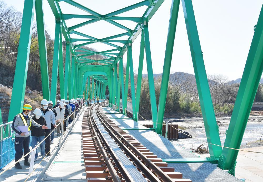 完成を間近にし、住民らに公開されたJR水郡線の第6久慈川橋梁=大子町南田気、菊地克仁撮影