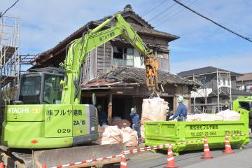 常総市で初めての行政代執行によって始まった空き家の解体作業=同市三坂町
