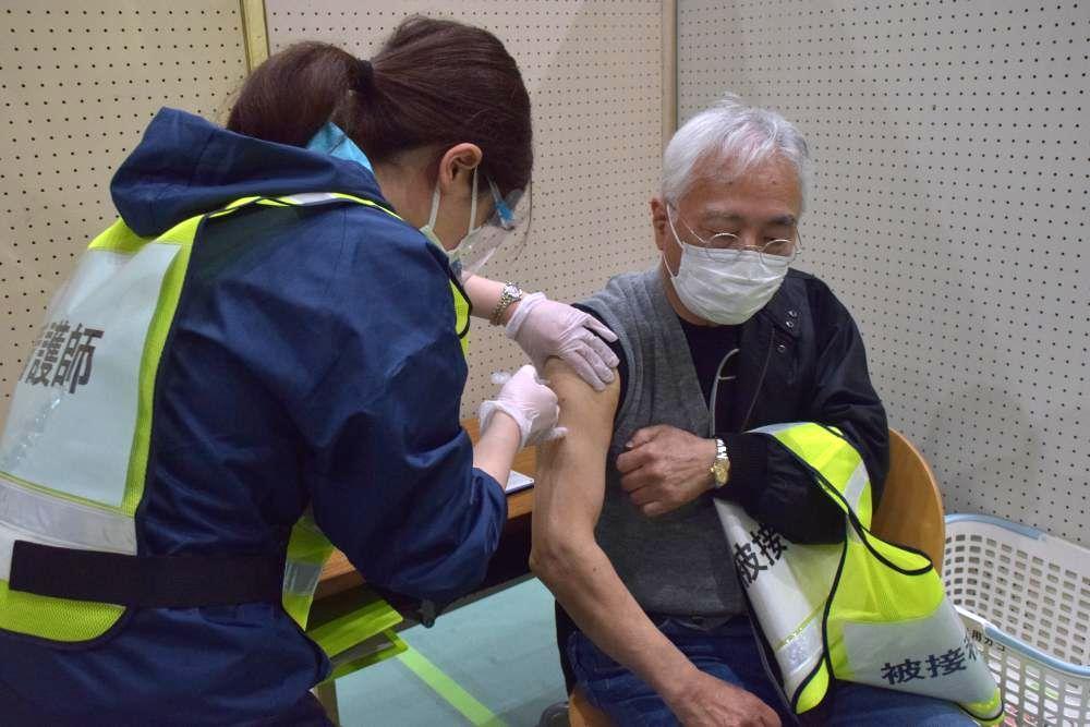 新型コロナウイルスワクチン接種をシミュレーションする市職員と市民=鹿嶋市津賀