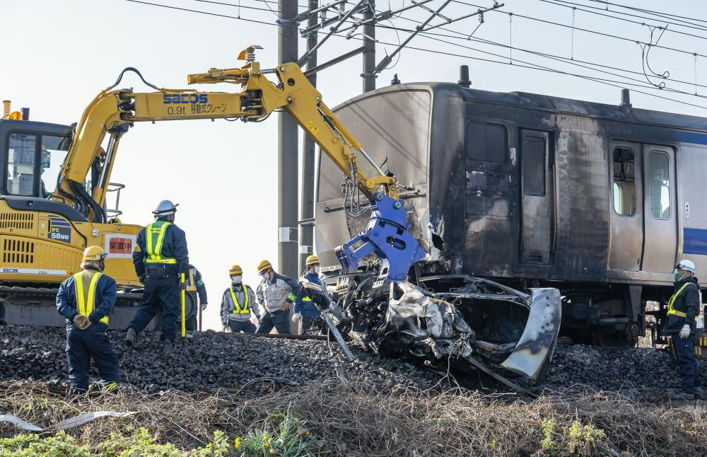 JR常磐線の電車と乗用車が衝突し、炎上した現場=26日午前8時4分、土浦市木田余