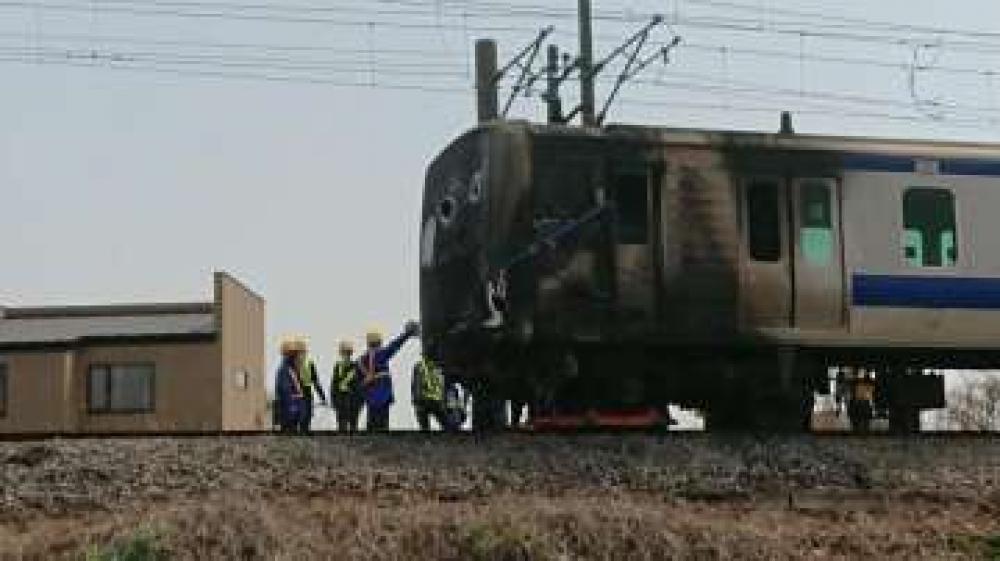 乗用車が衝突し、先頭が焼け焦げた常磐線普通列車=土浦市木田余のJR常磐線