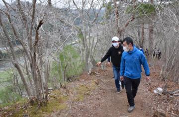 久慈川を見下ろす景色を楽しみながら県北ロングトレイルのコースを歩く和田幾久郎さんと大井川和彦知事(手前右から)=大子町内