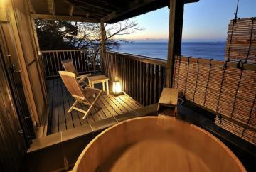 高級温泉旅館「桐のかほり 咲楽」の海を望む露天風呂付き個室=静岡県河津町