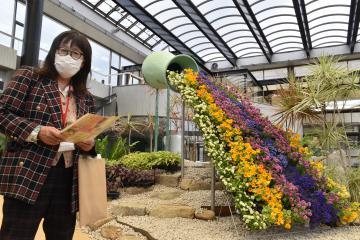 観賞大温室に新設した立体的な花壇を紹介する西川綾子園長=水戸市小吹町の市植物公園