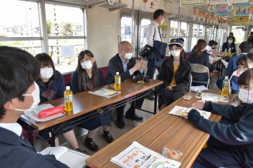 龍ケ崎、初サミット 公共交通、高校生が提言 「駅に集まれる場」「時刻表見やすく」の画像