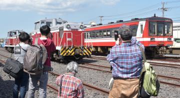 貨物駅でお目当ての車両にカメラを向ける鉄道ファンたち=神栖市東深芝の神栖駅