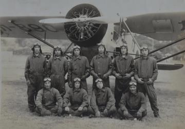 飛行訓練中の坂井三郎(後列左から3人目、筑波海軍航空隊記念館提供)=1937年ごろ、霞ケ浦海軍航空隊友部分遣隊