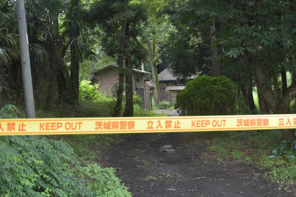 被害者宅に続く道。県警の規制線が引かれている=2020年7月撮影、境町若林