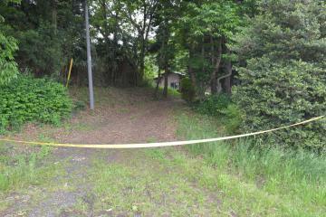 小林光則さん一家が殺傷された現場に続く道=7日午後、境町若林