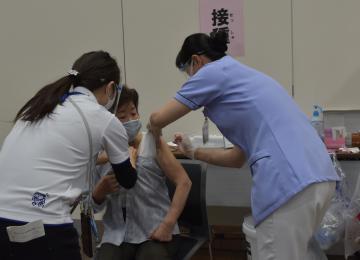 取手で集団接種開始 予約の高齢者220人の画像