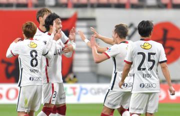 名古屋-鹿島、前半32分、先制点を決め喜ぶ鹿島イレブン=豊田スタジアム