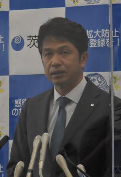 「感染拡大市町村」の追加などについて説明する大井川和彦知事=県庁