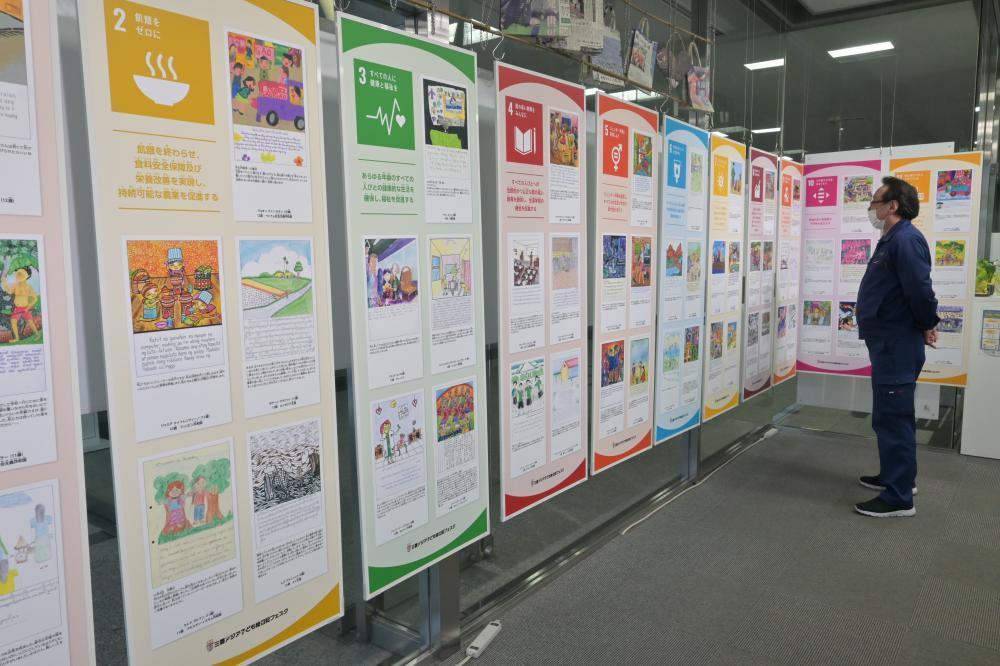 過去の入賞作品がSDGsの目標ごとに合わせて展示されている=水戸市南町