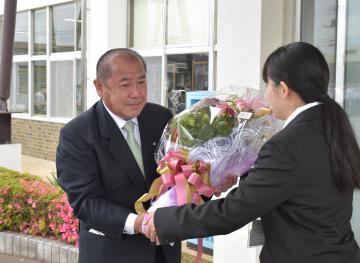 河内町の野沢町長が初登庁 「職員と一緒に汗」の画像