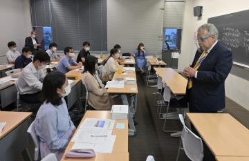 茨城キリスト教大のハリス・G・アイブス名誉教授の講義を受ける日立市職員=同市大みか町