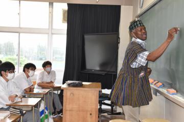 言葉の発音について説明するガーナ出身のパーコフィ・エイキンスさん(右)=水戸市小吹町