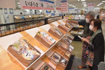 京成百貨店に開設された「お中元ギフトセンター」で商品を選ぶ来店客=水戸市泉町