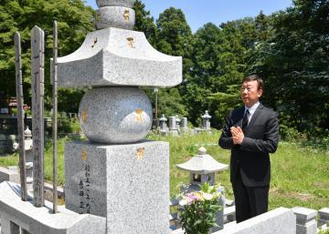 命日に吉田正さんの墓前に手を合わせる橋幸夫さん=日立市十王町友部、菊地克仁撮影