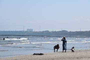 真夏日続きの天気を受け、既に多くの海水浴客が訪れている大洗サンビーチ=大洗町大貫町