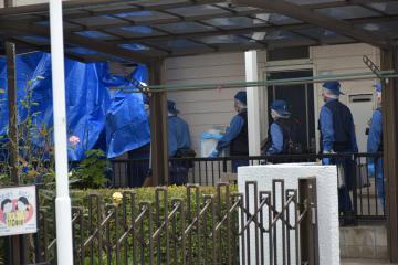 殺害された北田和彦さんが住んでいたアパートに入る捜査員ら=12日午前10時ごろ、千葉県我孫子市天王台