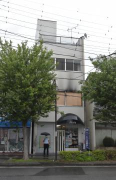 殺害された北田和彦さんが勤務していたマージャン店(ビル2階)。9日午前4時半ごろに火災があった=14日午後、千葉県我孫子市天王台
