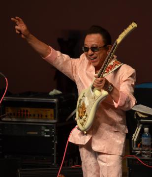 コンサートで客席の拍手に応える寺内タケシさん=2014年10月5日、小美玉市内