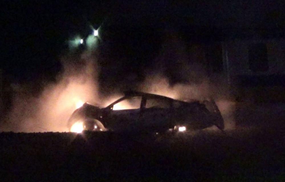 土浦市木田余の線路内で、JR常磐線の電車と衝突し炎上した乗用車=3月26日(住民提供)