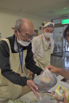 弁当を配布する市民団体「フレッシュAMI」のスタッフ=阿見町阿見