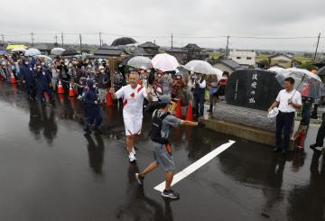 東京五輪聖火リレー 温かい声、沿道に 祭典開催へ期待高まるの画像