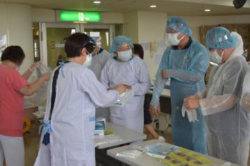 看護師の業務体験 茨城県議や市議、守谷の病院訪問の画像