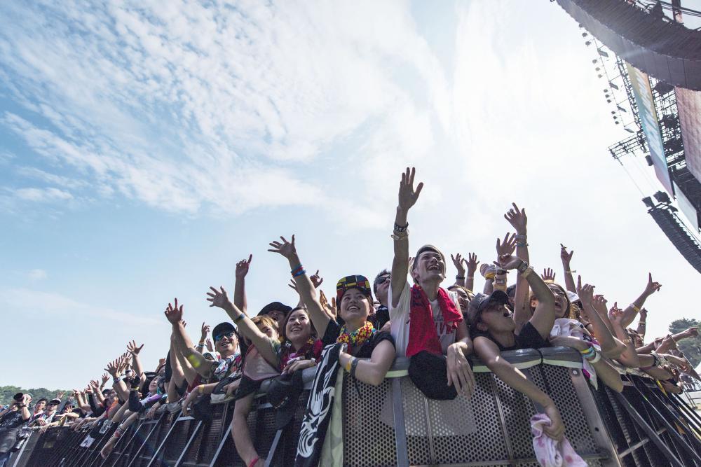 ロック・イン・ジャパン・フェスティバルで盛り上がる観客たち。今年の開催は新型コロナ対策を勘案し中止となった=2018年8月