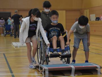 車椅子の操作を体験する児童=ひたちなか市西十三奉行