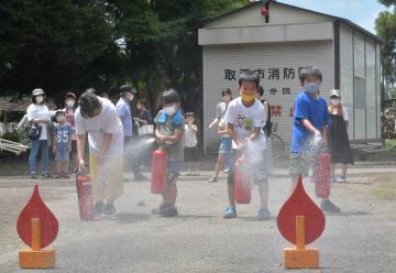 消火器使って放水 茨城・取手の上高井自治会 親子で防災体験の画像