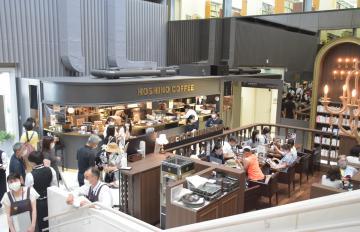 オープン初日から多くの人が訪れた星乃珈琲店茨城県立図書館店=水戸市三の丸
