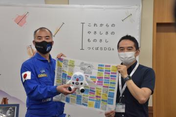 国際宇宙ステーションに持参したフックン船長の縫いぐるみを五十嵐立青市長(右)に返還する野口聡一さん=つくば市役所