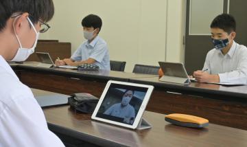 神武直彦教授に指導を受けるスポーツデータサイエンスゼミの生徒たち=鹿嶋市宮中