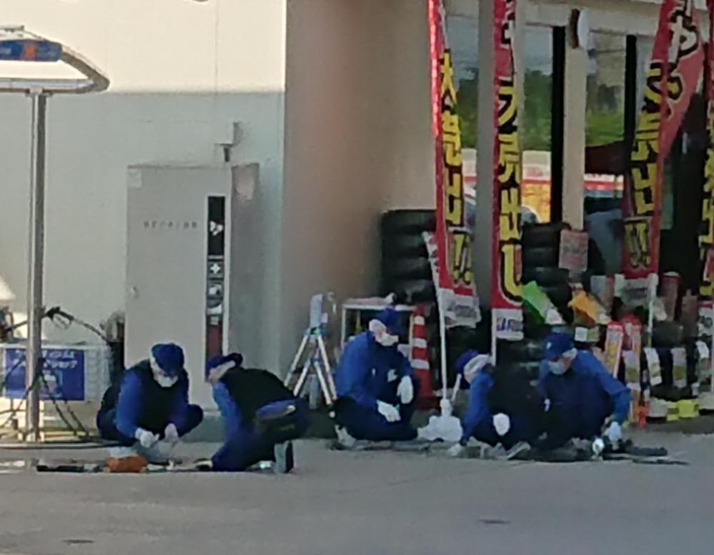 強盗事件の現場付近を調べる県警の捜査員=桜川市上野原地新田