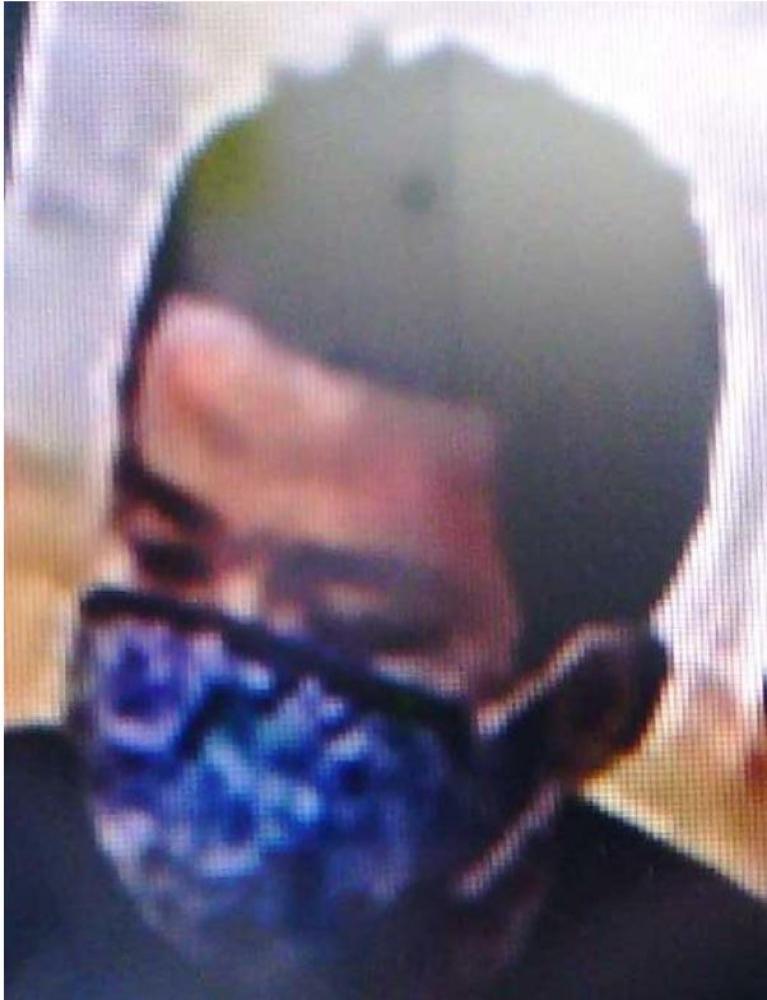 防犯カメラに録画された男の画像(県警提供)