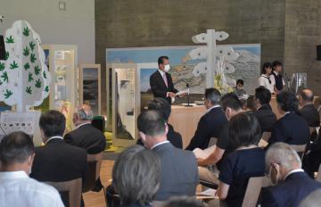 開館記念式典で式辞を述べる山田修東海村長=同村村松