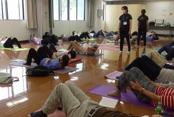 認知症予防事業の「運動」で腹筋に取り組む参加者ら=神奈川県逗子市(画像の一部を加工しています)