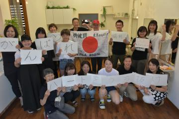 東京五輪に出場する中山由起枝選手にエールを送る同級生やママ友たち=結城市新福寺