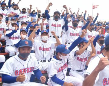 甲子園初出場を決め、歓喜する三塁側の鹿島学園スタンド=ノーブルホーム水戸