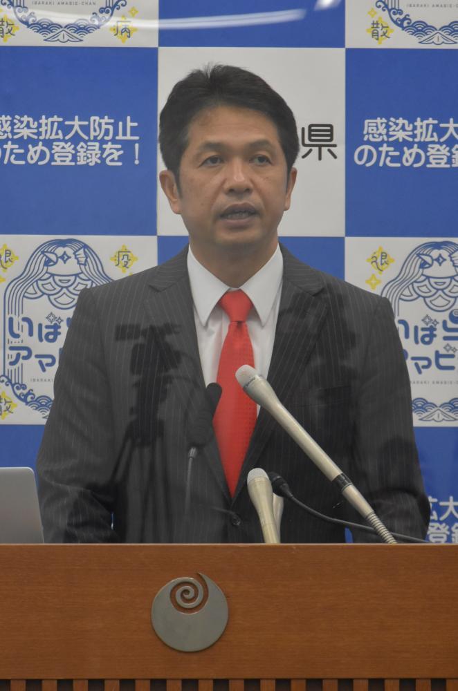 新型コロナウイルスの感染拡大を受け、対策ステージの引き上げを発表する大井川和彦知事=県庁