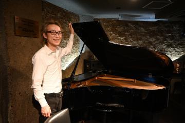 ピアノの購入資金をクラウドファンディングで募っているジャズバー「ガールトーク」代表の笹ノ間雄一さん=水戸市白梅