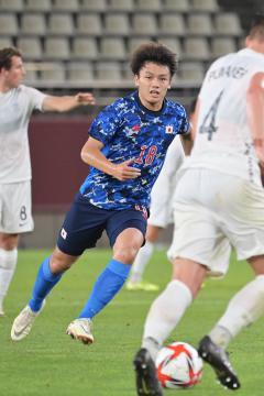 日本-ニュージーランド 後半、ボールを追う上田綺世(右)、突破を図る中山雄太(左)=カシマサッカースタジアム、吉田雅宏撮影