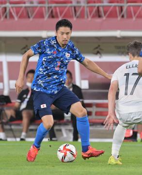 日本-ニュージーランド 後半、突破を図る中山雄太=カシマサッカースタジアム、吉田雅宏撮影