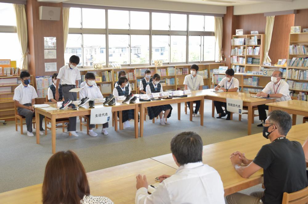 生徒会メンバーが校則の見直しを保護者や教職員に提案した=7月22日、つくばみらい市絹の台の小絹中学校