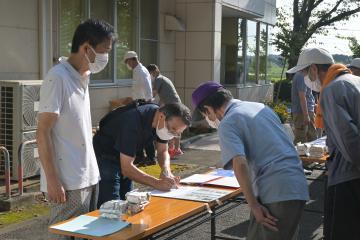 訓練で避難所に到着したことを報告する住民=水戸市飯富町