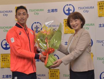 安藤真理子市長から花束を受け取る大川慶悟選手(左)=土浦市役所