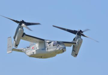 航空自衛隊百里基地の上空を飛ぶ、陸上自衛隊木更津駐屯地の輸送機V22オスプレイ=26日午前11時ごろ、小美玉市百里、菊地克仁撮影